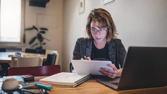 Frau verbindet iPad kabellos mit Ihrem PC