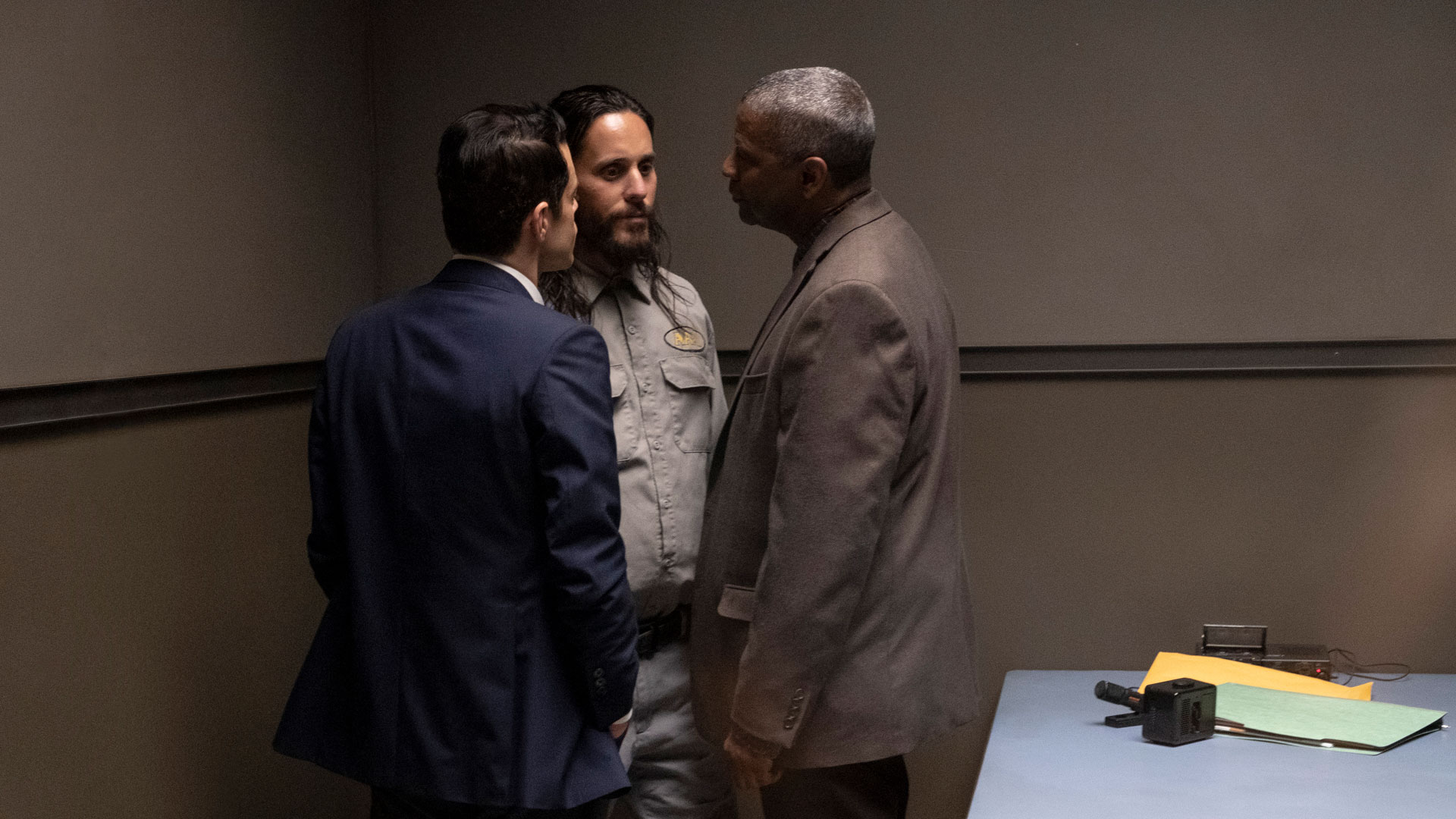 "Sergeant Jim Baxter (Rami Malek) und Deputy Sheriff Joe Deacon (Denzel Washington) verhören den Serienkiller (Jared Leto). Eine Szene aus dem Fillm ""The Little Things""."