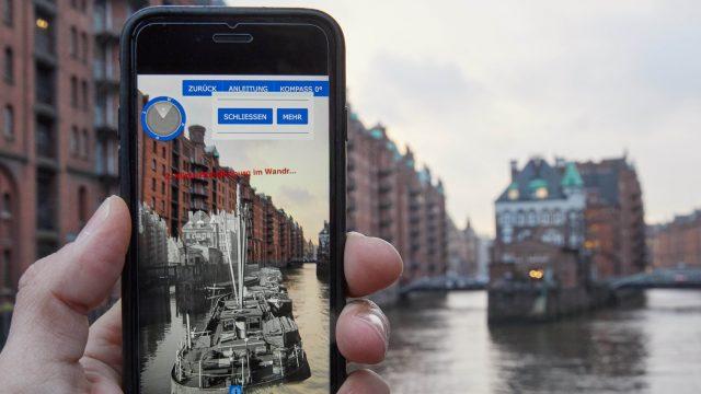Ein iPhone 7 vor dem Hintergrund der Speicherstadt Hamburg