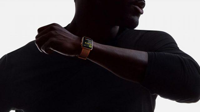 Mann trägt Apple Watch 3 an linkem Handgelenk