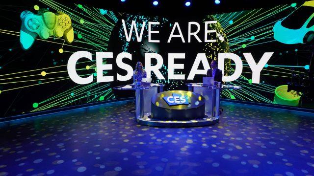 """iJustine und Rich DeMuro bei der digitalen CES 2021. Auf einem Bildschirm hinter ihnen ist """"We are CES Ready"""" zu lesen."""