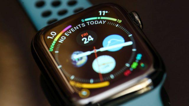 Apple Watch liegt auf Tisch