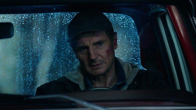 Tom Dolan (Liam Neeson) sitzt in seinem Auto. Eine Szene aus dem Film Honest Thief.
