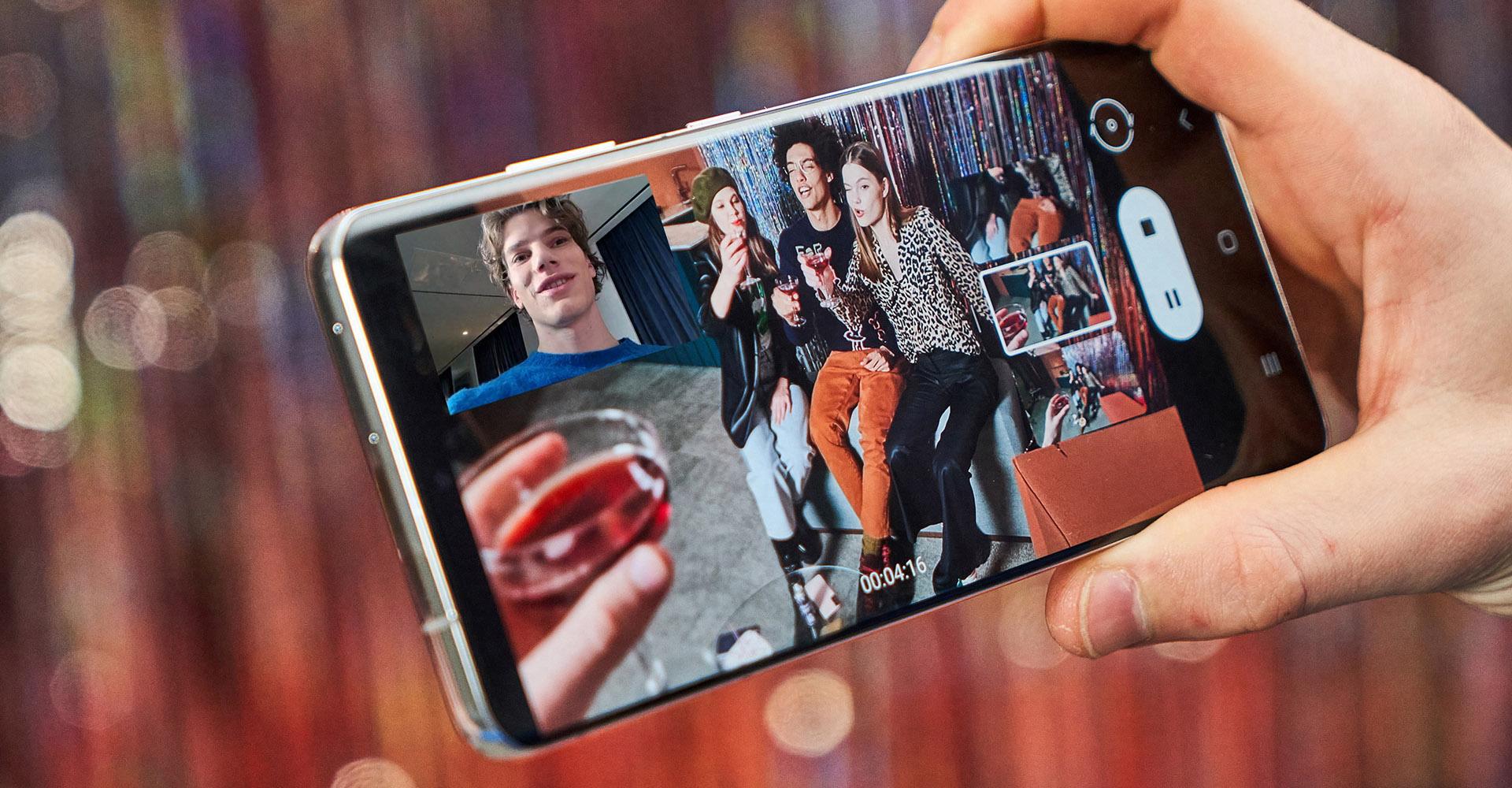 Samsung Galaxy S21 Ultra Display mit bunten Fotos