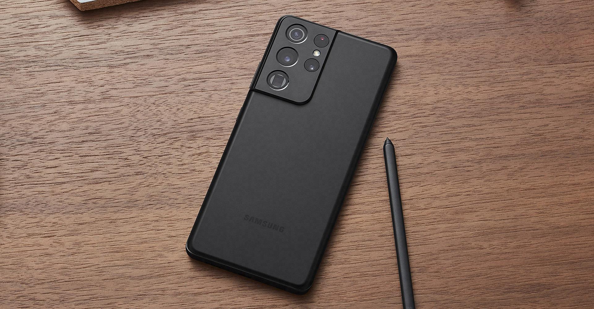 Samsung Galaxy S21 Ultra auf Holztisch mit S Pen