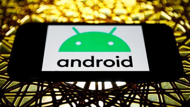 Android-Logo auf Smartphone.