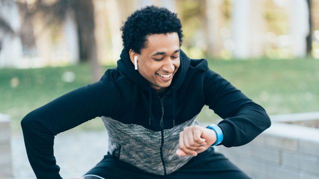Mann trägt Apple Watch und AirPods beim Sport