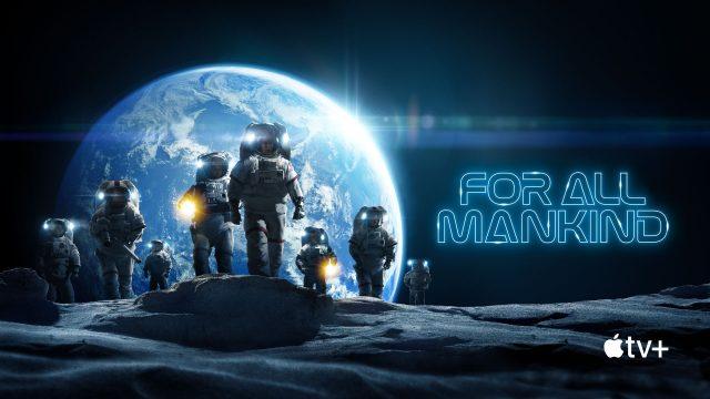 Mehrere Astronauten laufen über den Mond, im Hintergrund sieht man die Erde.