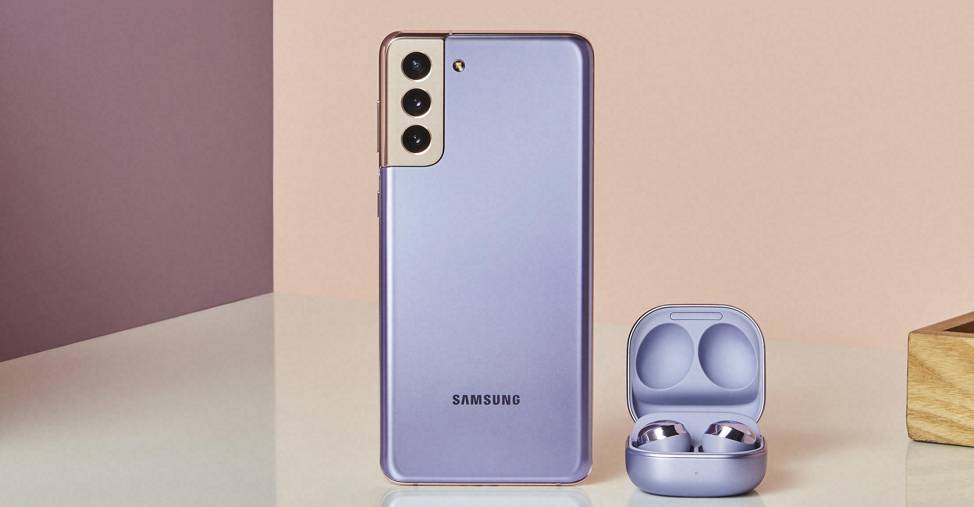 Galaxy S21+ (Rückseite) und Galaxy Buds nebeneinander
