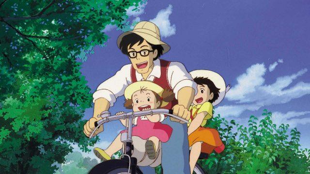 """Vater mit Töchtern im Anime """"Mein Nachbar Totoro"""""""