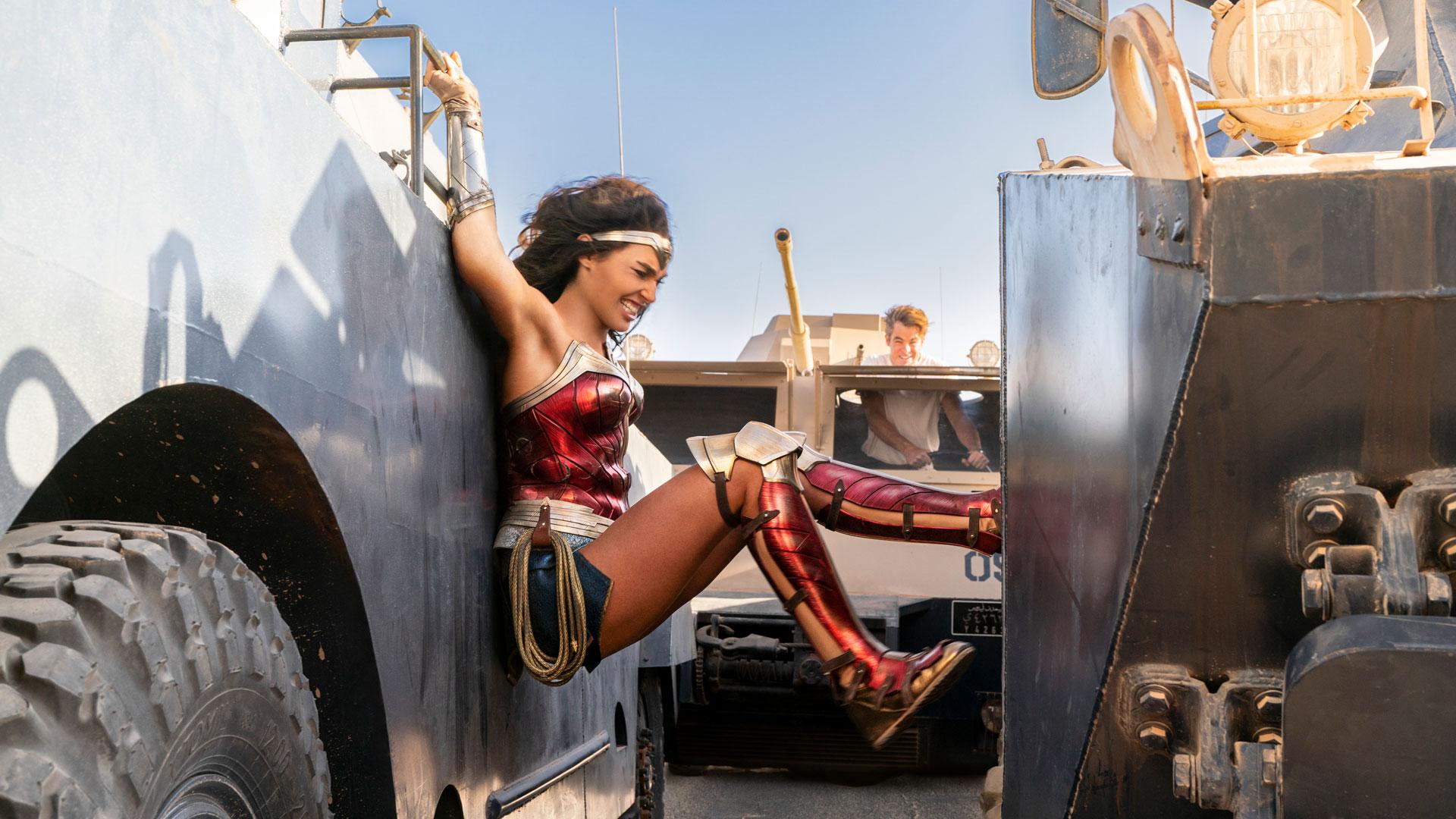 Wonder Woman mit vollem Körpereinsatz im Kampf.