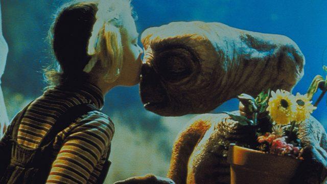 Das Mädchen Gertie küsst den Außerirdischen E.T. auf die Nase. Eine Szene aus dem Film E.T. – Der Außerirdische