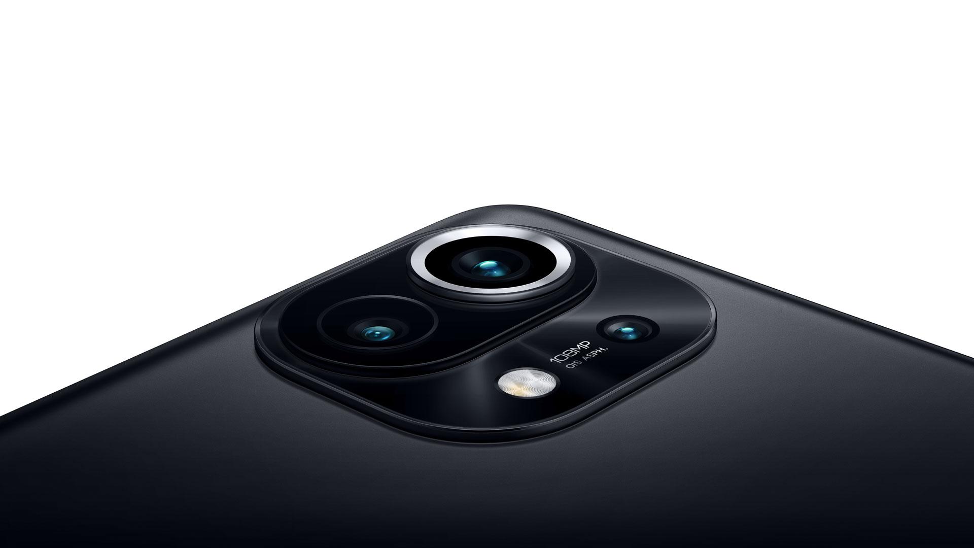 Das Kameramodul des neuen Xiaomi Mi 11 | 5G in Midnight Gray mit Weitwinkel-, Ultraweitwinkel- und Telemakro-Objektiv.