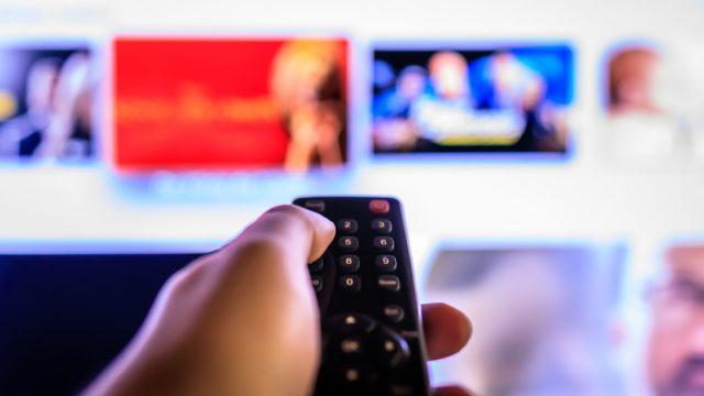Am Fernseher durchs Netflix-Angebot wühlen.