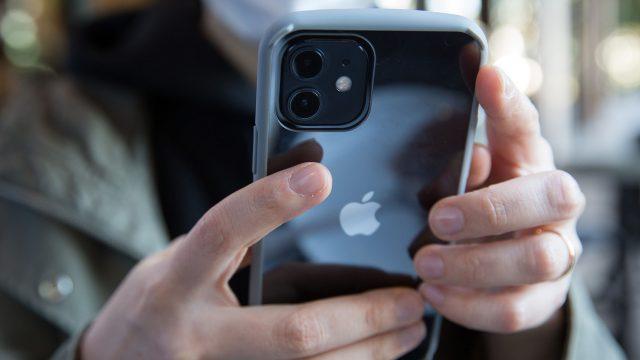 Eine Person hält das iPhone 12 in den Händen