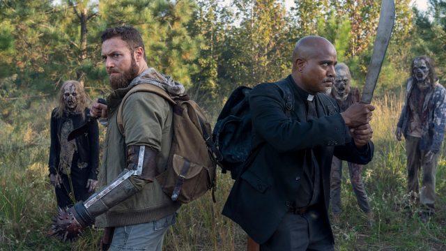 """Aaron (Ross Marquand) und Gabriel (Seth Gilliam) setzen sich gegen eine Horde Beißer zur Wehr. Eine Szene aus """"The Walking Dead""""."""