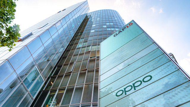 Der Sitz von OPPO in Düsseldorf, drei gläserne Hochhäuser ragen in die Luft.
