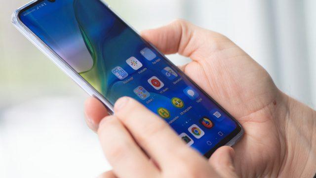 Mann hält Huawei P30 in der Hand