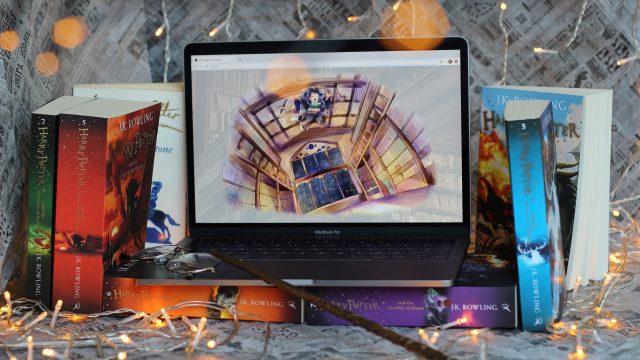 """Bücher und ein Laptop, auf dem """"The Hogwarts Escape"""" gespielt wird."""