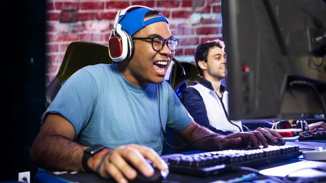 Ein junger Mann spielt am Computer