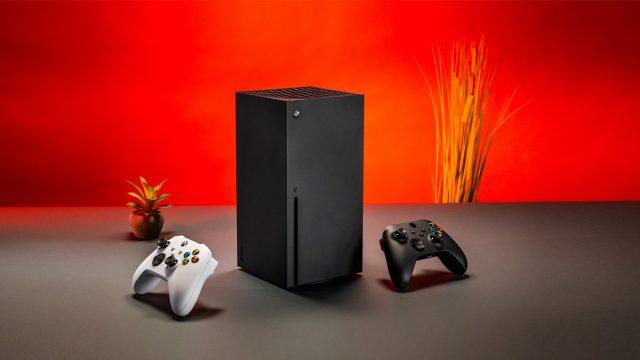 Zwei Xbox-Controller und eine Xbox Series X vor rotem Hintergrund