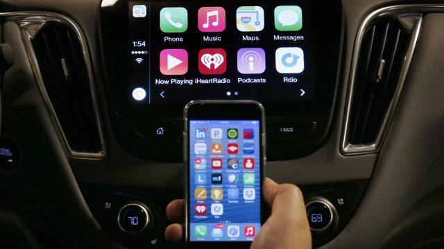 iPhone und CarPlay-Display im Auto