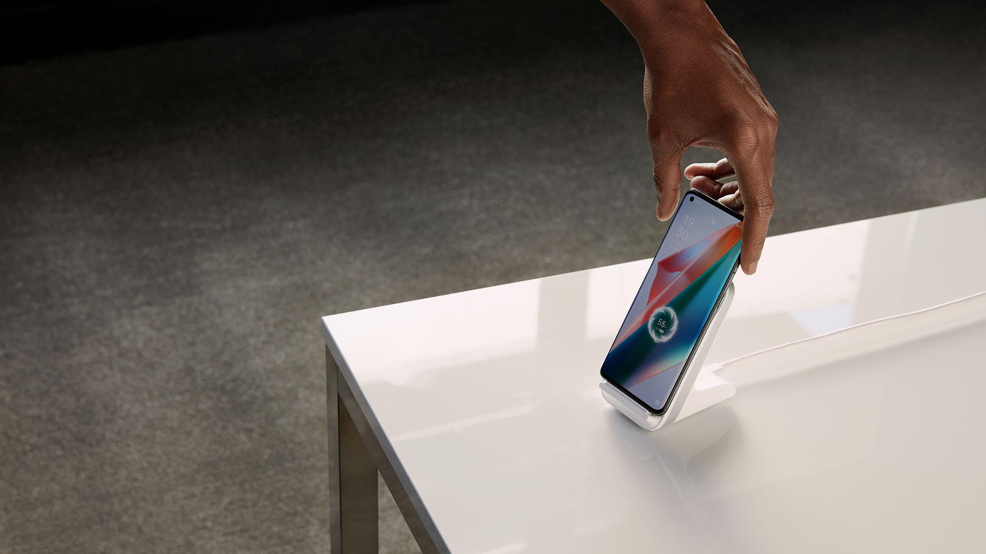 Das neue Oppo Find X3 Pro 5G lädt in einer Station kabellos.