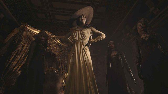 """Eine Frau mit Hut und langem weißen Kleid wird im Spiel """"Resident Evil Village"""" von Horrorgestalten umgeben"""