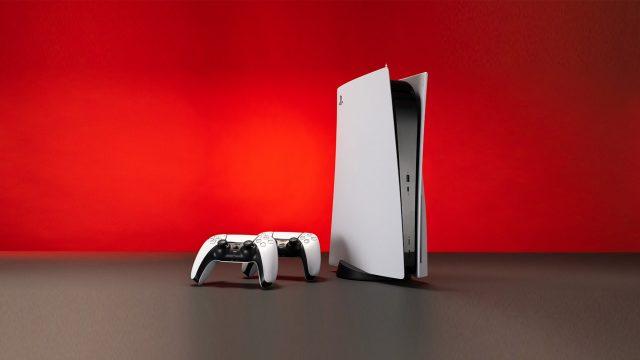 Eine Playstation 5 mit zwei Controllern