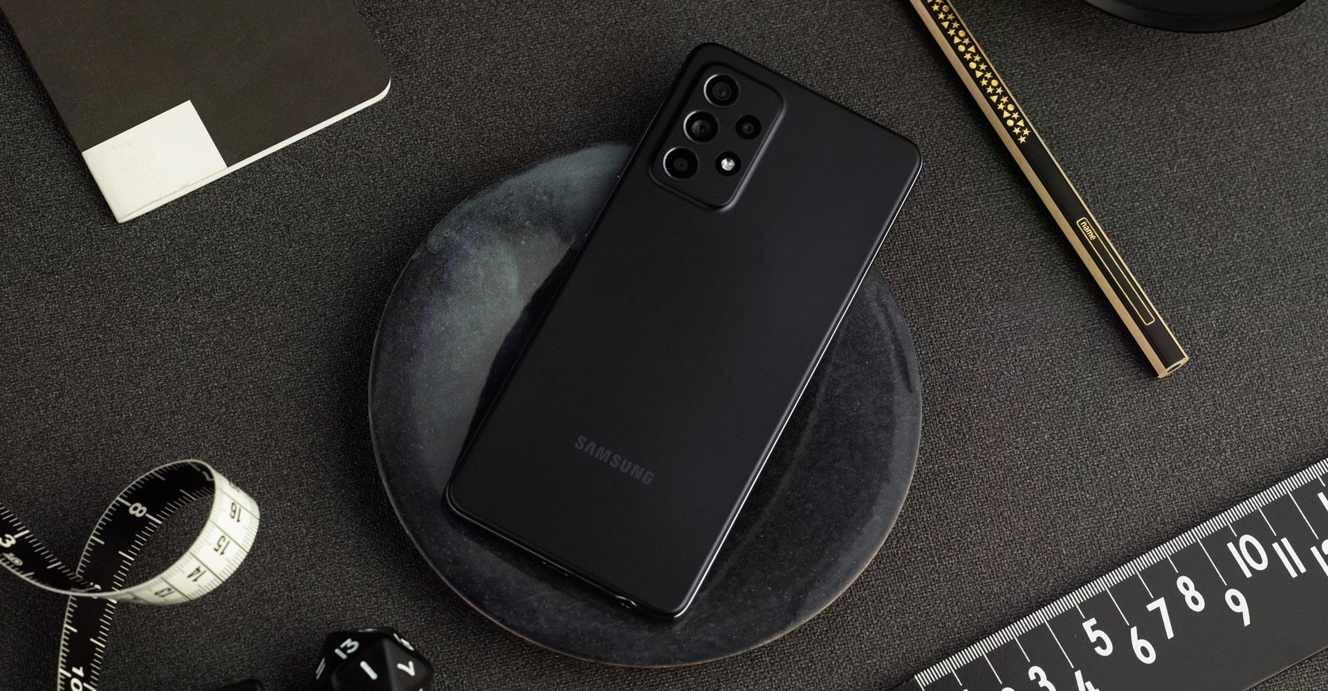 Galaxy A52 in Schwarz auf Schreibtisch