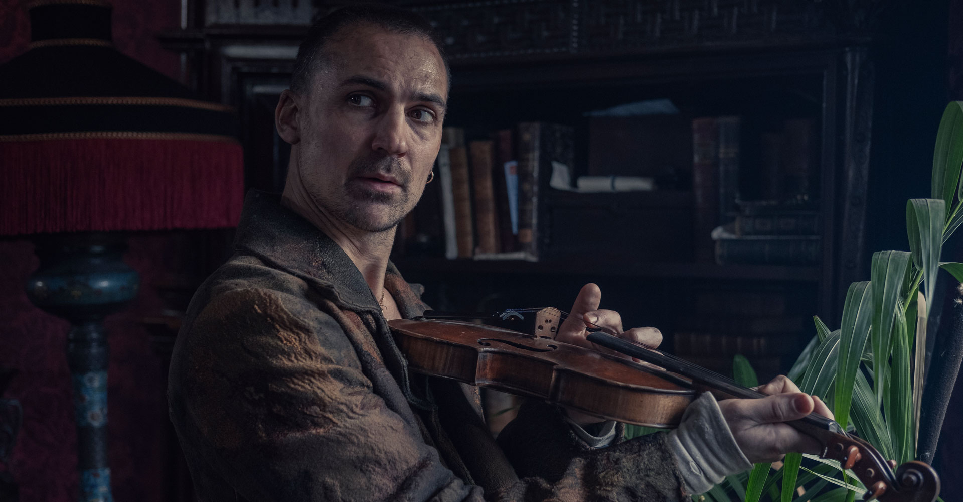 Henry Lloyd-Hughes in die Bande aus der Baker Street