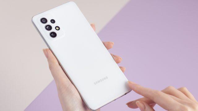Zwei Hände, die das Samsung Galaxy A72 in Weiß halten
