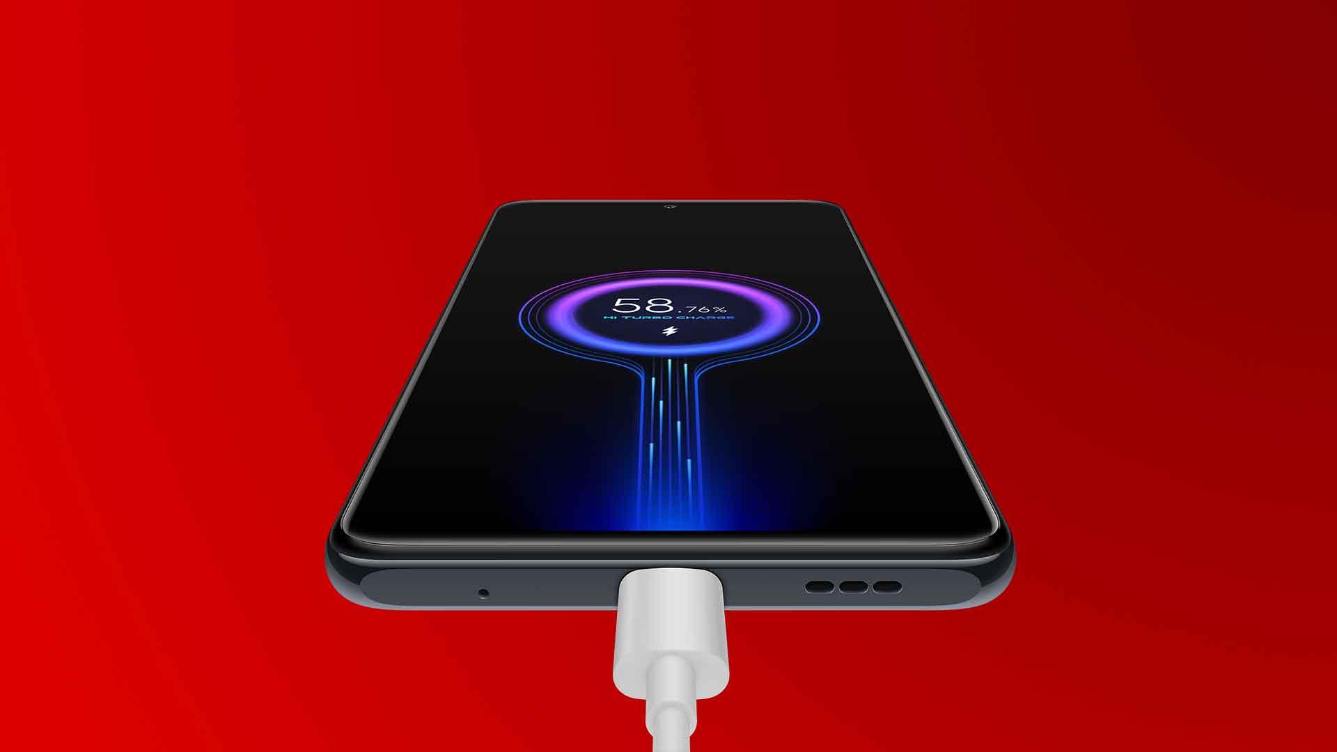 Das neue Xiaomi Redmi Note 10 Pro wird per Akkukabel geladen.