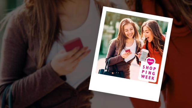Zwei junge Frauen schauen auf ein Smartphone.