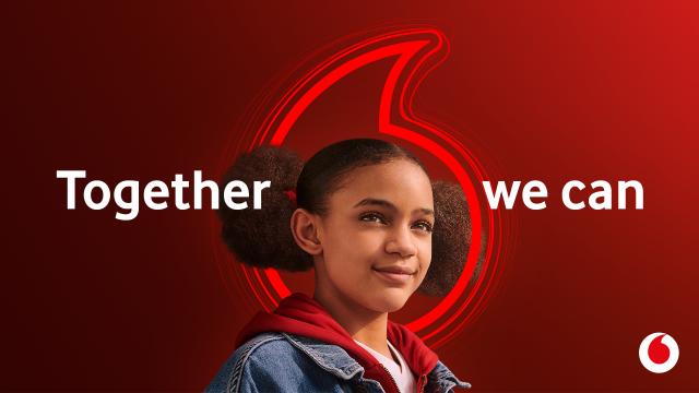 """Ein Mädchen lächelt, umgeben ist sie vom Vodafone Speechmark und dem Claim """"Together we can""""."""