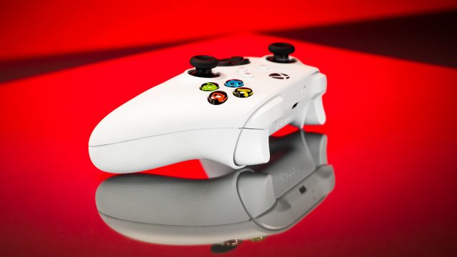 Xbox-Controller vor rotem Hintergrund