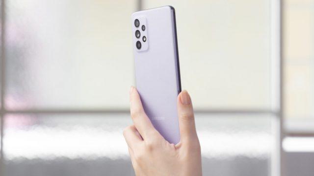 Samsung Galaxy A52 in Violett.