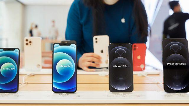 Alle Modelle der iPhone-12-Reihe nebeneinander im Apple Store