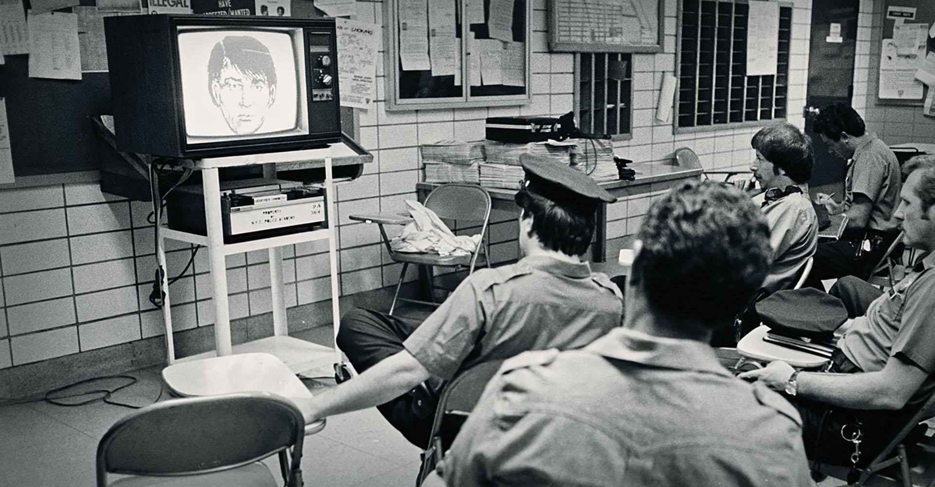 New Yorker Polizisten schauen sich eins Phantomzeichnung von David Berkowitz an