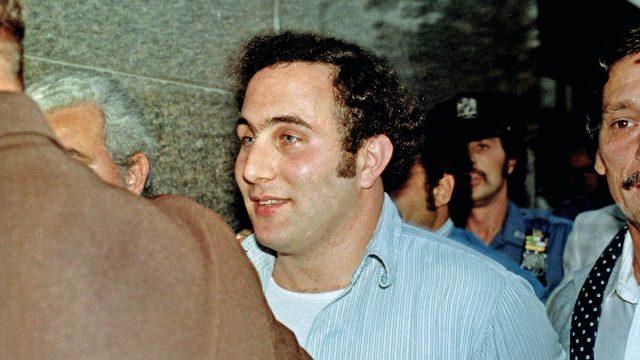 Sons of Sam: David Berkowitz wird von Polizisten abgeführt