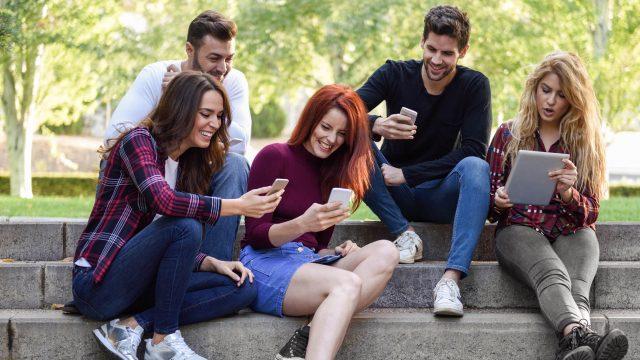 Freunde spielen gemeinsam Gartic Phone