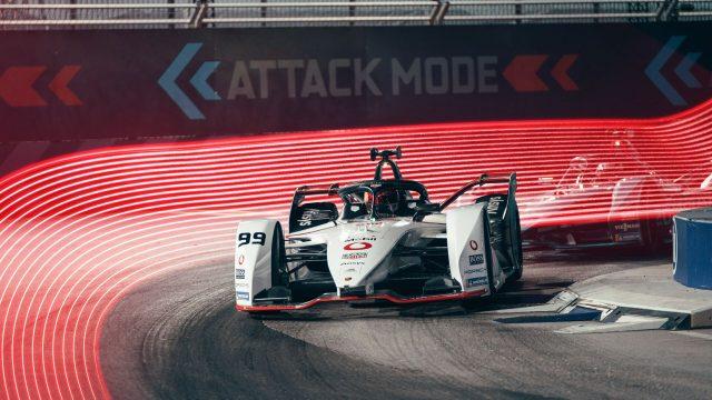 Ein Porsche-Rennwagen mit Vodafone-Logo befährt eine Rennstrecke der Formel E.