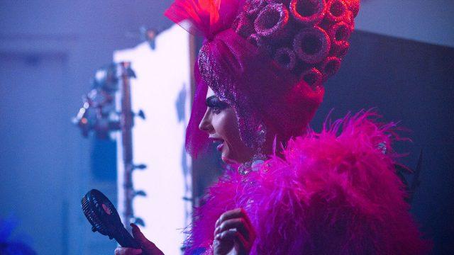 Drag-Queen Alyssa Edwards/Justin Johnson in einem pinken Kostüm.