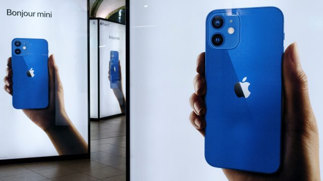 iPhone 12 mini in Blau auf Plakaten