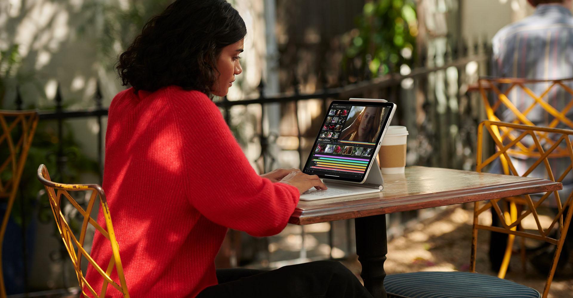 Frau arbeitet im Café mit dem iPad Pro 2021