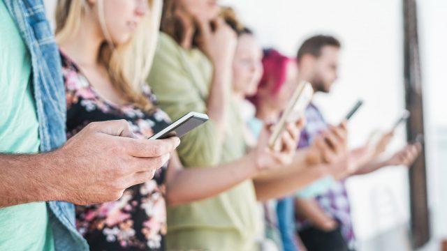 junge Leute halten Handys in den Händen