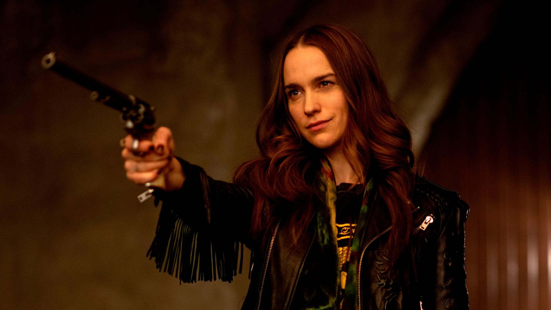 Wynonna (Melanie Scrofano) zielt mit ihrer Pistole