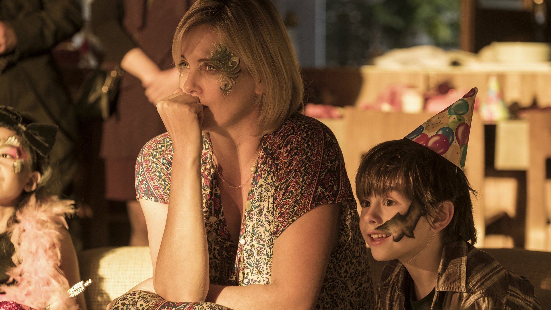 Marlo (Charlize Theron) und ihr Sohn schauen sich eine Aufführung an.