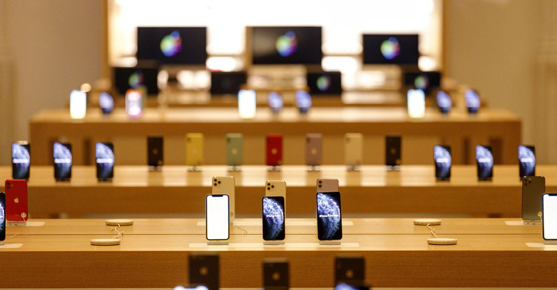iPhones und Macs in einem Apple Store