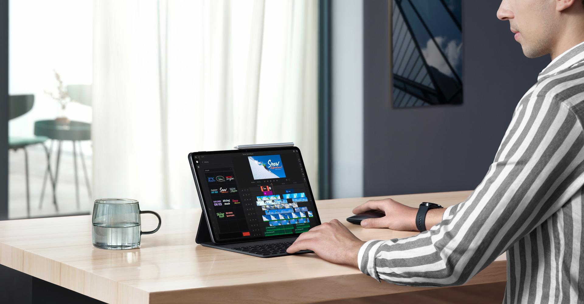 Das Tablet Huawei MatePad Pro auf einem Schreibtisch mit Tastatur